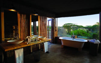 The bathroom with tub at the lodge