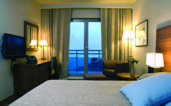 Bedroom with water view at the hotel