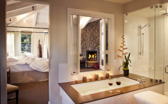 Bathtub in hotelroom at Hotel Yountville, luxury hotel in Napa & Sonoma Valley