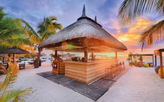 dinarobin beach bar at sunset