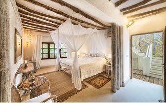 Alfajiri-cliff-villa-bedroom-middle