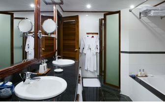 Colonial Suite Bathroom