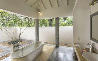 Open bathroom of the Hawksbill room