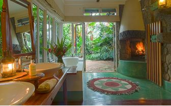 Cottage Shamba bathroom