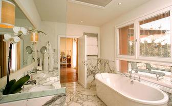 Junior Suite Sea View Bathroom