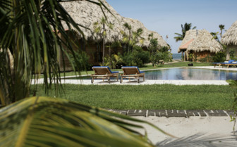 Picture of the poolside at Turtle Inn