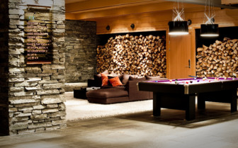 Lounge area with billiard table at the hotel