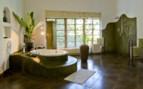 The luxury bathroom with bathtub at Plantation Lodge