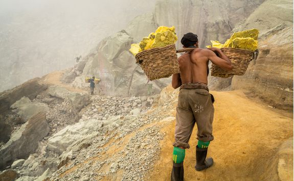Sulphur miner, Ijen