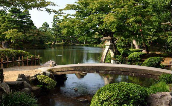 Bridge across a lake in Kenrokuen gardens