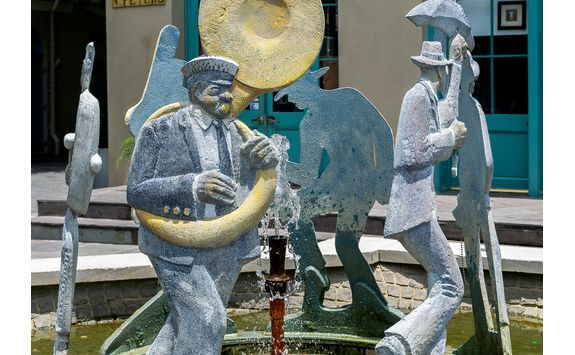 new orleans french quarter jazz procession fountain