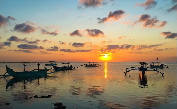 bali_traditional_boats_sunset