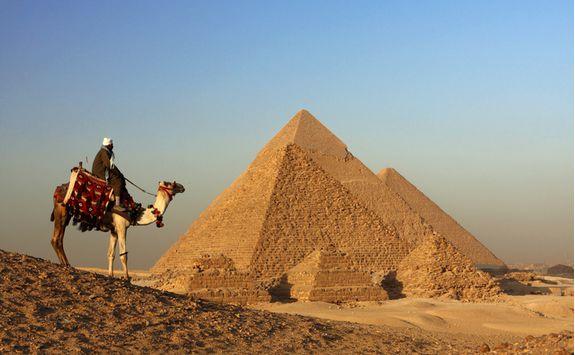 pyramids_with_camel