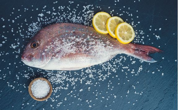Fish with salt and lemon