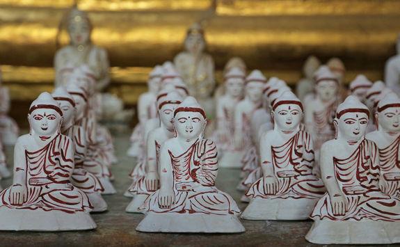 Thanboddhay Pagoda statues