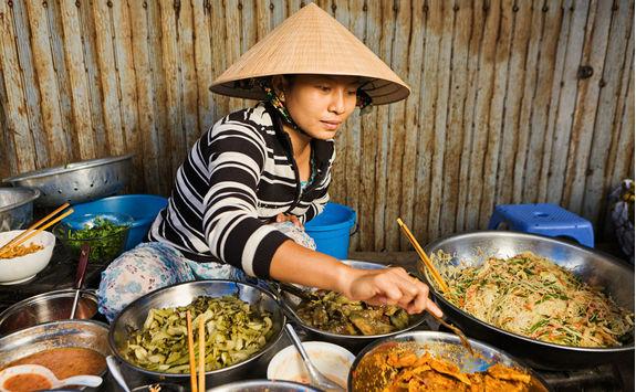 vietnamese food vendor on local market