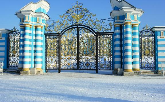 catherine palace gate snow