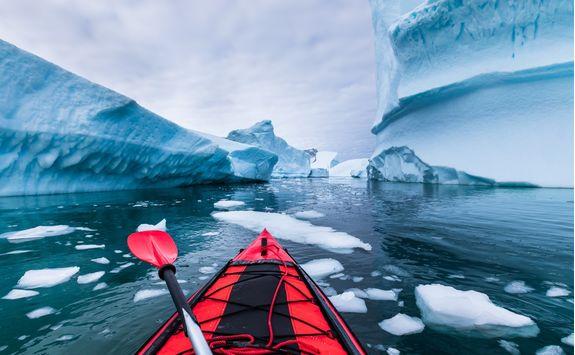 kayaking in antarctic between icebergs