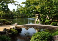 Bridge across a lake in Kenrokuen gardens