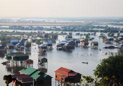 floating houses on tonle sap lake