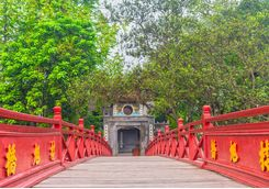 hoan kiem lake bridge