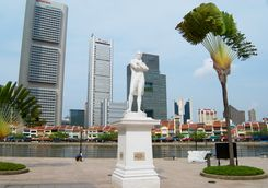 sir thomas stamford bingley raffles statue with buildings at the backgroung