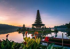 sunrise at pura ulun danua bratan temple