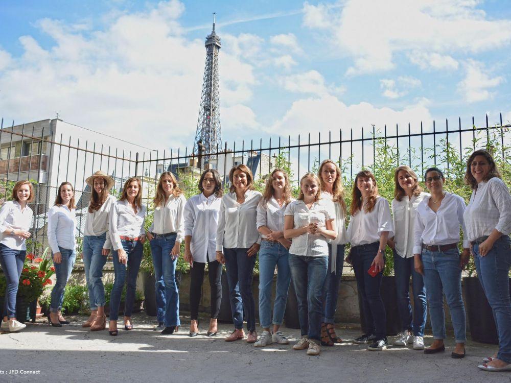 Photo des entrepreneuses ayant réagi au cliché publié par Capital, avec vue sur la Tour Eiffel