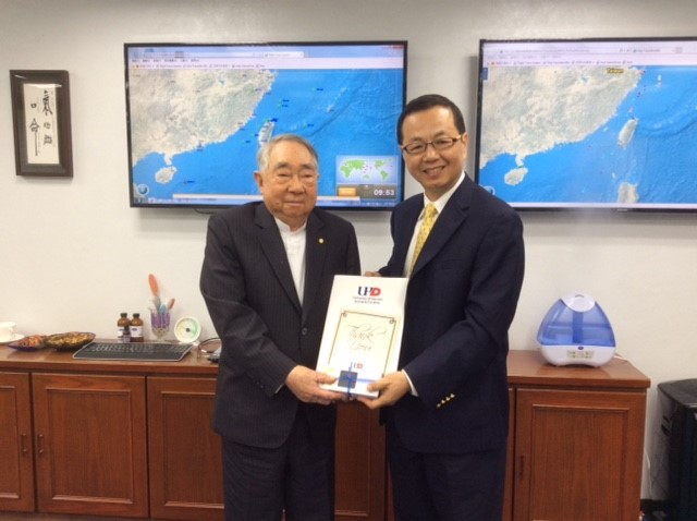 UHD Professor Hsiao-Ming Wang presents a thank you gift to scholarship donor Yung-Fa Chang during his visit to Taiwan