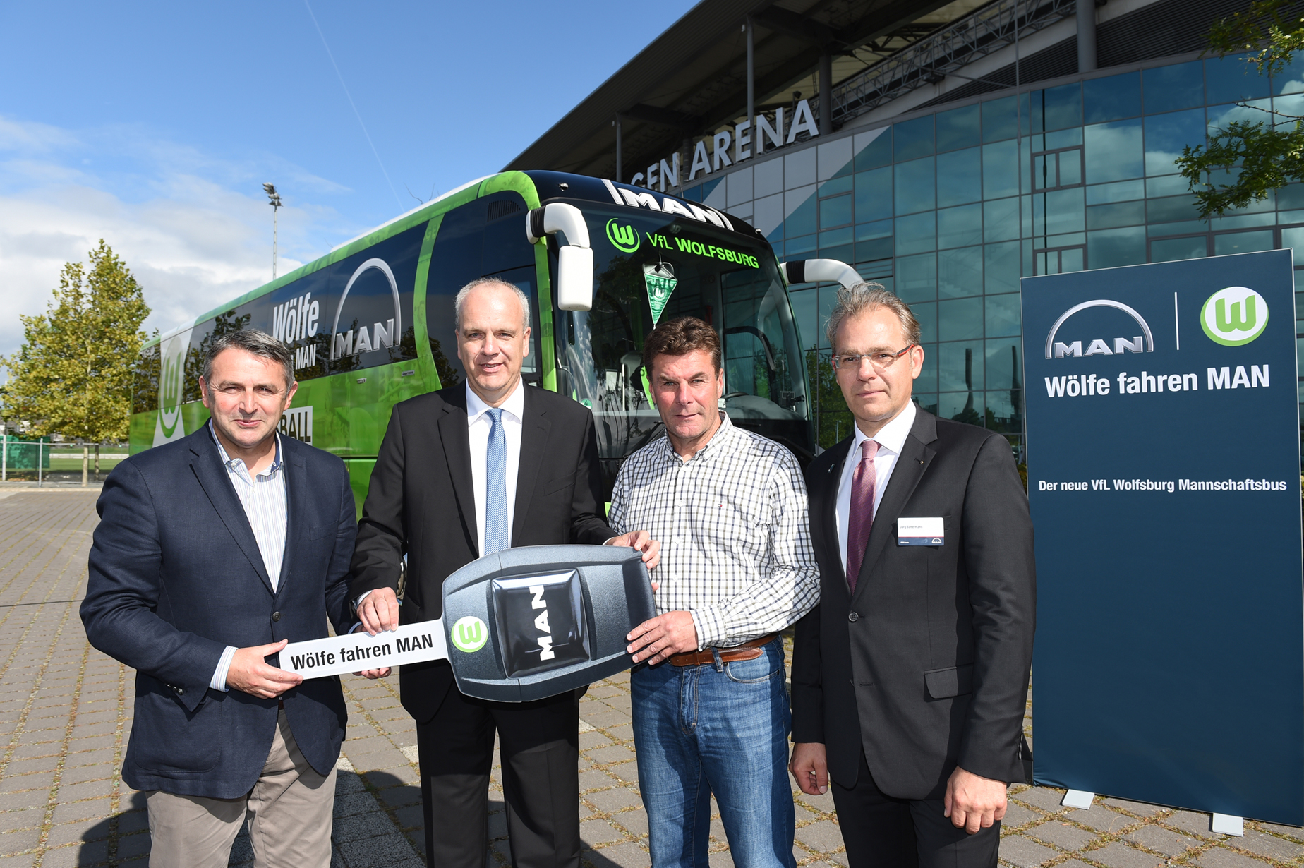(from left): Klaus Allofs (Managing Director Sports, VfL Wolfsburg), Andreas Lampersbach (Head of MAN Corporate Communications), Dieter Hecking (Chef Coach, VfL Wolfsburg), Jörg Battermann (Sales Bus Center Hanover/Osnabrück, MAN Truck & Bus Deutschland GmbH)