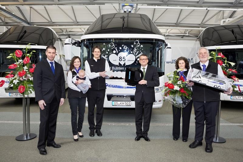 Heiko Haumer (middle), Head of Sales Management Bus at MAN Truck & Bus Deutschland, handed over the NEOPLAN Starliner to Karl Huelsmann junior (3rd from left) und Karl Huelsmann senior (right).