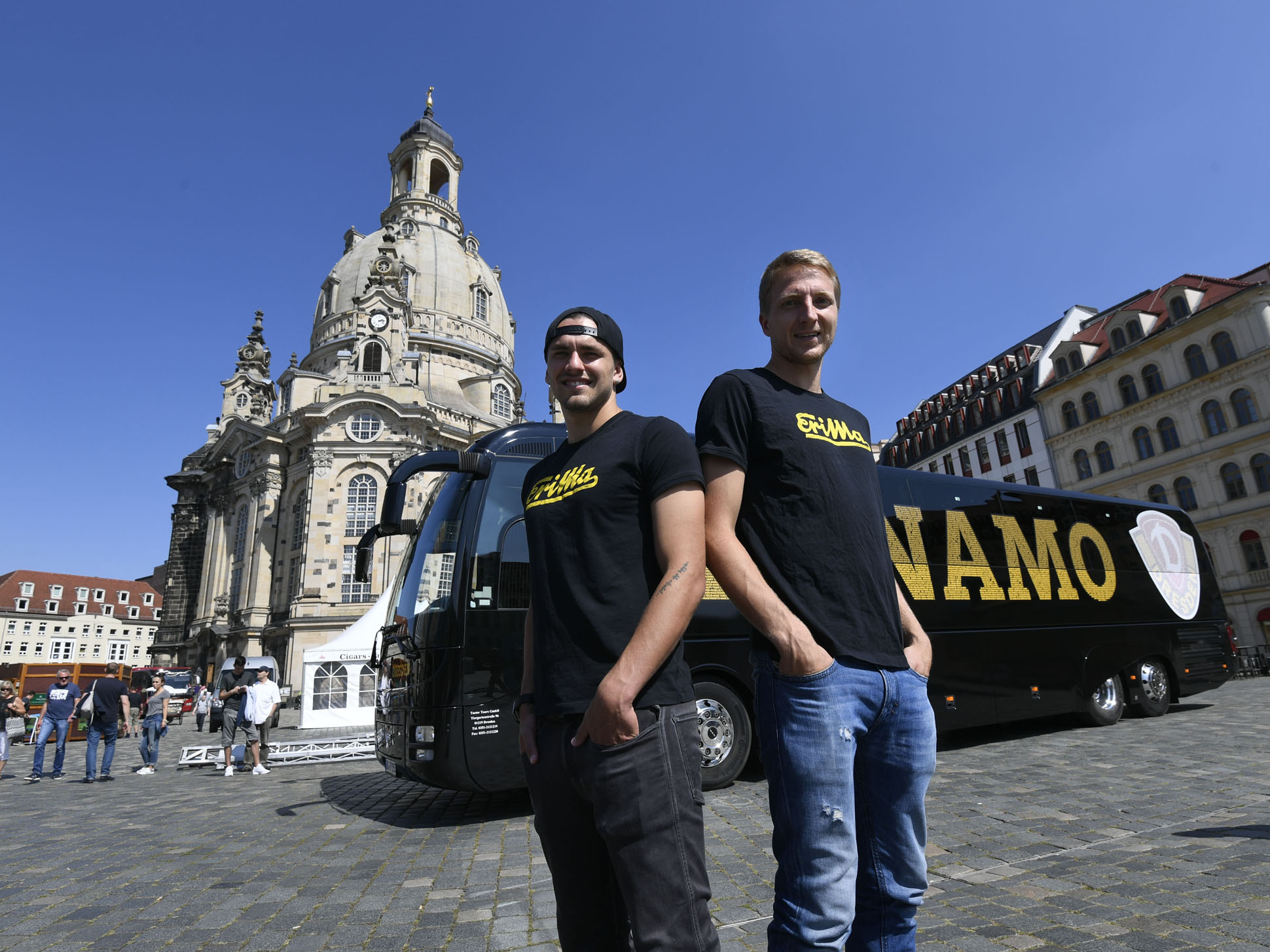 Pascal Testroet, Stürmer bei Dynamo Dresden, und Marco Hartmann, Mannschaftskapitän Dynamo Dresden, freuen sich über den neuen Mannschaftsbus, einen MAN Lion's Coach.