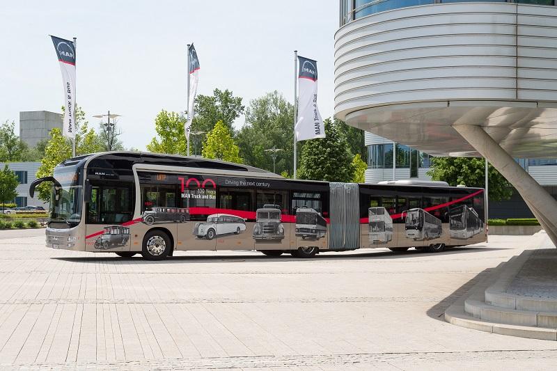 Auf einzigartige Weise spiegelt der Bus an den Außenseiten des Fahrzeugs Highlights aus dem 100-Jahre-Nutzfahrzeugjubiläum wider, das MAN in diesem Jahr feiert.