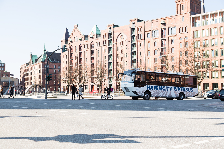 In Hamburg fährt der erste Amphibienbus Deutschlands, aufgebaut auf einem MAN Lkw-Chassis.