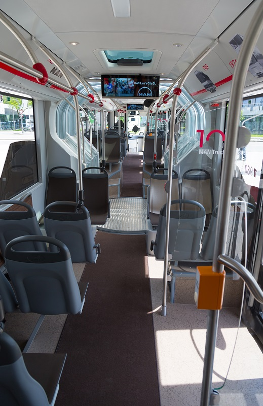 A translucent concertina section, glass roof hatches and energy-efficient LED interior lighting (light-emitting diodes) combine to give the passenger area a bright and pleasant atmosphere.