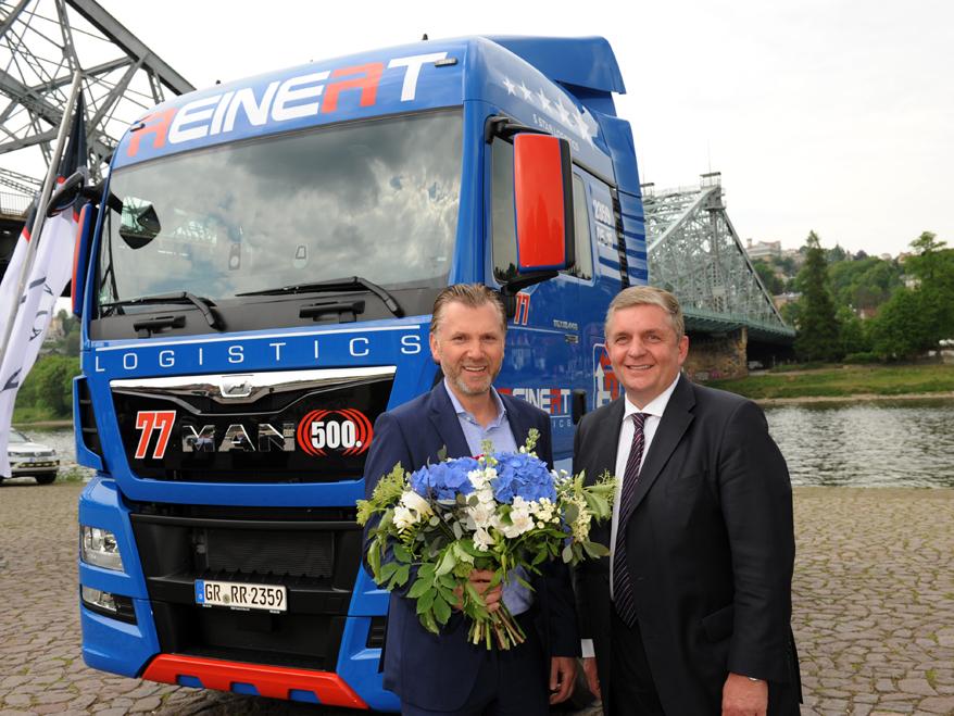 Holger Mandel (rechts), Vorsitzender der Geschäftsführung der MAN Truck & Bus Deutschland GmbH, gratuliert Firmeninhaber René Reinert von der REINERT Logistic GmbH zum 500sten MAN in der Unternehmensgeschichte.