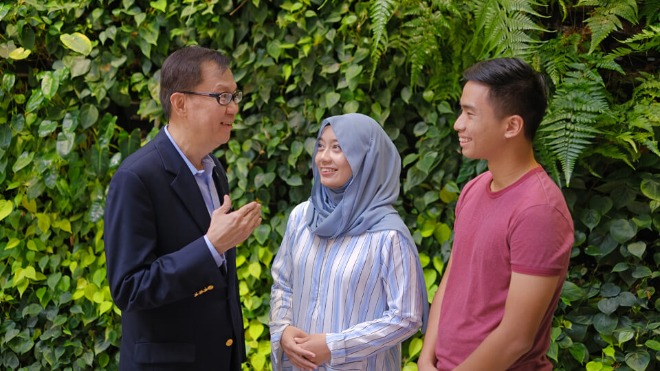2019-0208-Prof Ho with students.jpg