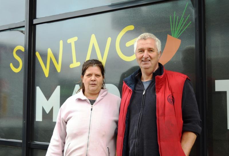 Jakob met Marij, coördinator van de Swing Market.