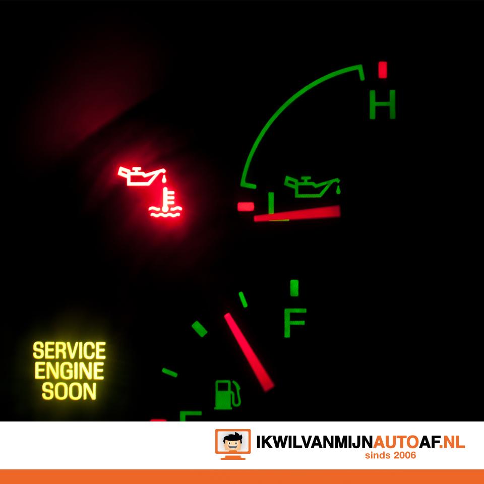 Een auto dashboard waarschuwt voor onderhoud