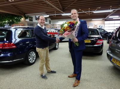 Ikwilvanmijnautoaf.nl overhandigd VW Microbus aan Auto Synyco