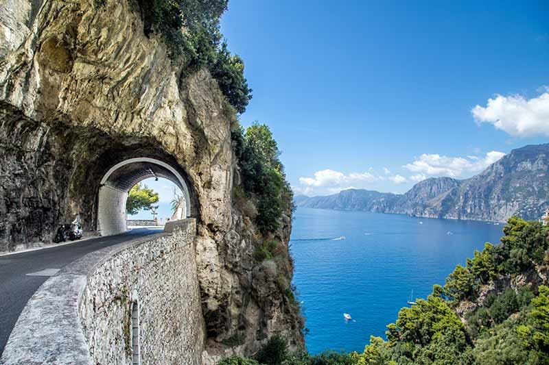Autoroute langs de Amalfikust in Italië
