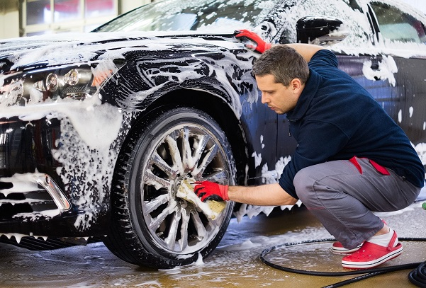 Auto ook in de zomer naar de carwash