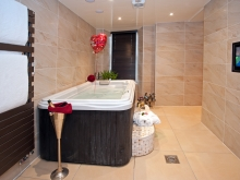 The Windermere Love Suite with Hot Tub