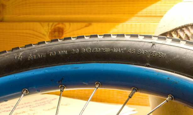Tyre pressure information embossed on a tyre