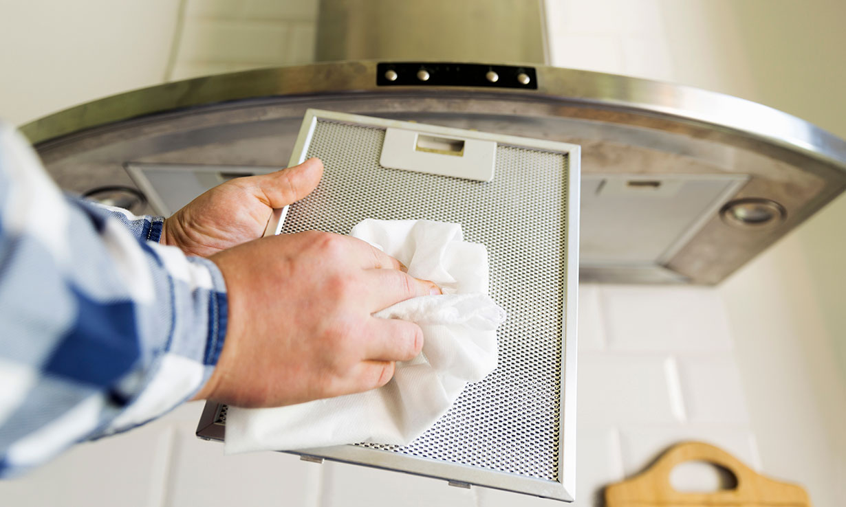 Cleaning a cooker hood filter