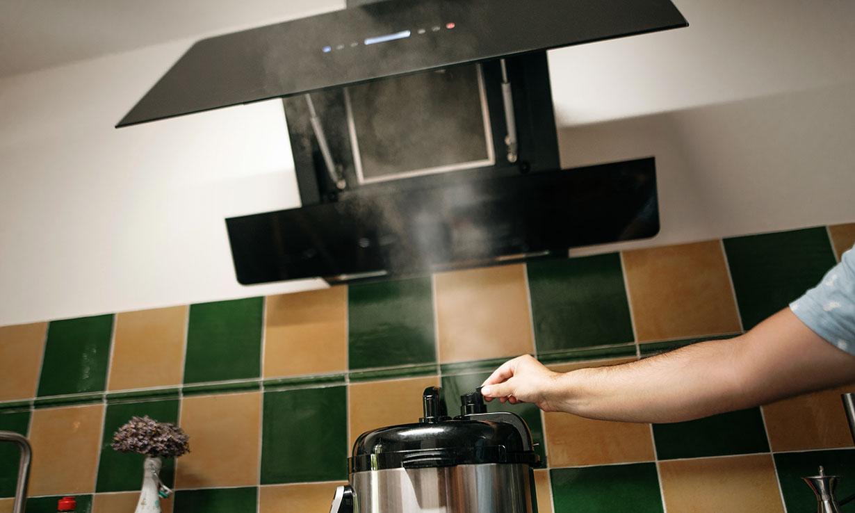 Cooker hood sucking up steam