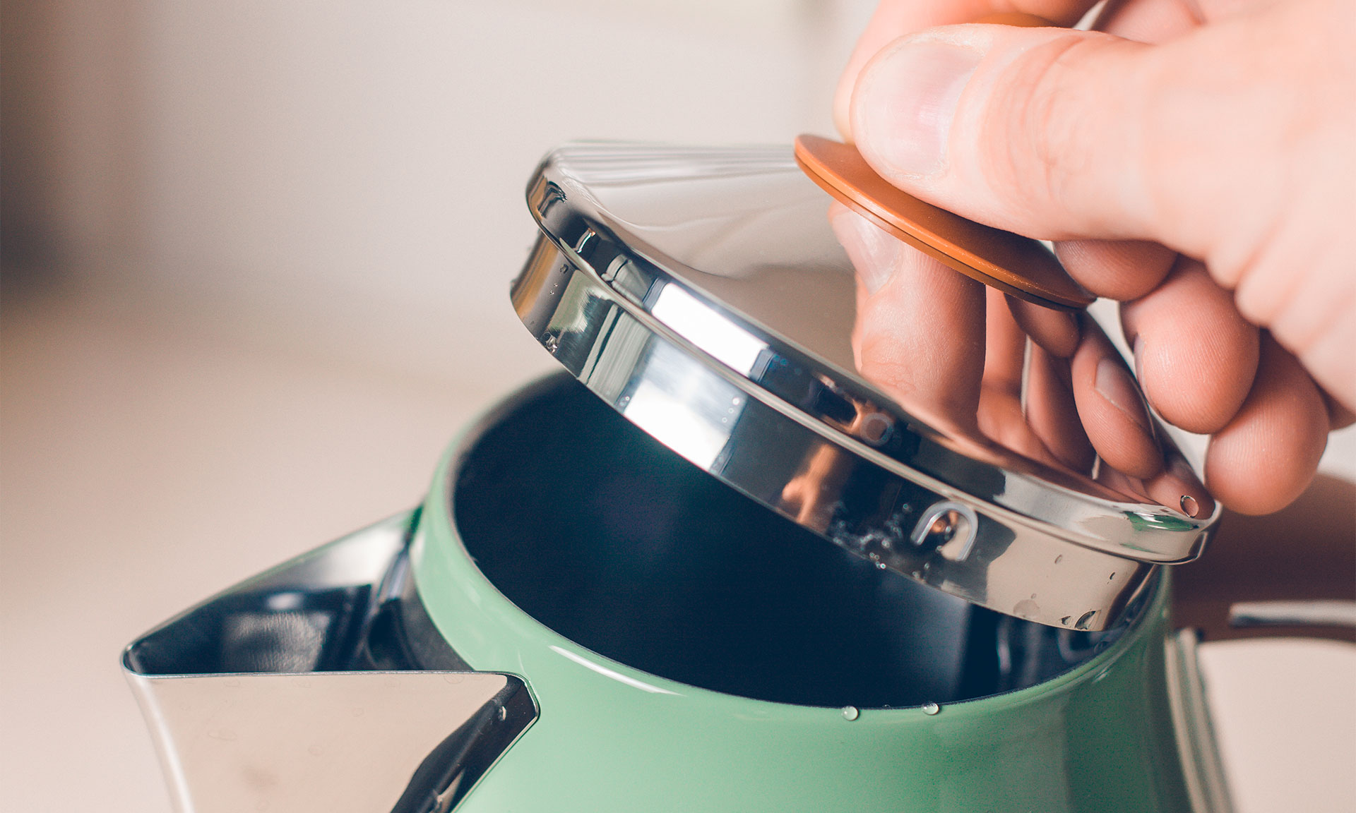 Opening a kettle lid