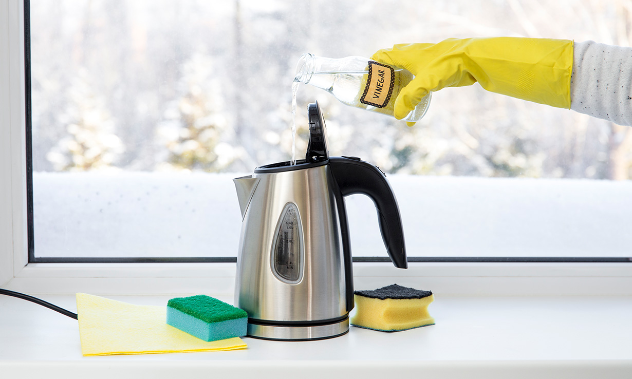 Cleaning a kettle using white vinegar