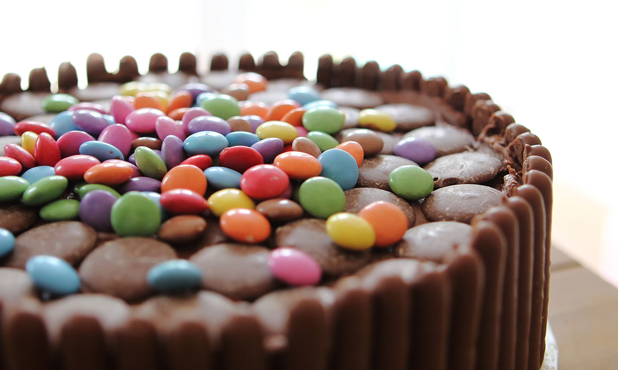 5) Decorate your cake with chocolate fingers and buttons