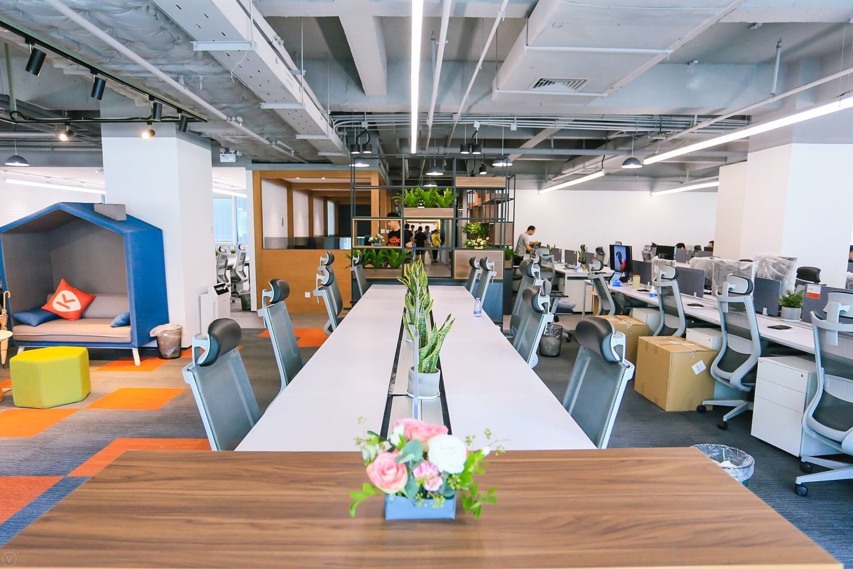 Flooring, Person, Indoors, Furniture, Room, Wood, Tabletop, Meeting Room, Office, Hardwood